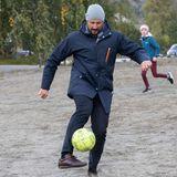Haakon spielt mit den Schülern eine Runde Fußball.