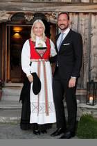 Prinzessin Mette-Marit trägt zu diesem Anlass eine traditionelle Tracht.