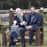 Anschließendruhen sich Mette-Marit und Haakon auf einer Bank aus.