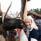 Ich glaub, mich knutscht ein Elch: Prinzessin Mette-Marit bekommt einen tierischen Kussauf die Wange.