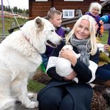 Auf dem Bergbauernhof Glittersja verliebt sich Mette-Marit in einen kleinen Hundewelpen.