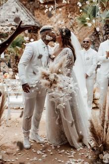 Traumhochzeit auf Ibiza: Bloggerin Farina Opoku, alias Novalanalove, heiratet DJ Yeezy in einer Traumkulisse und einem traumhaften Brautkleid ...