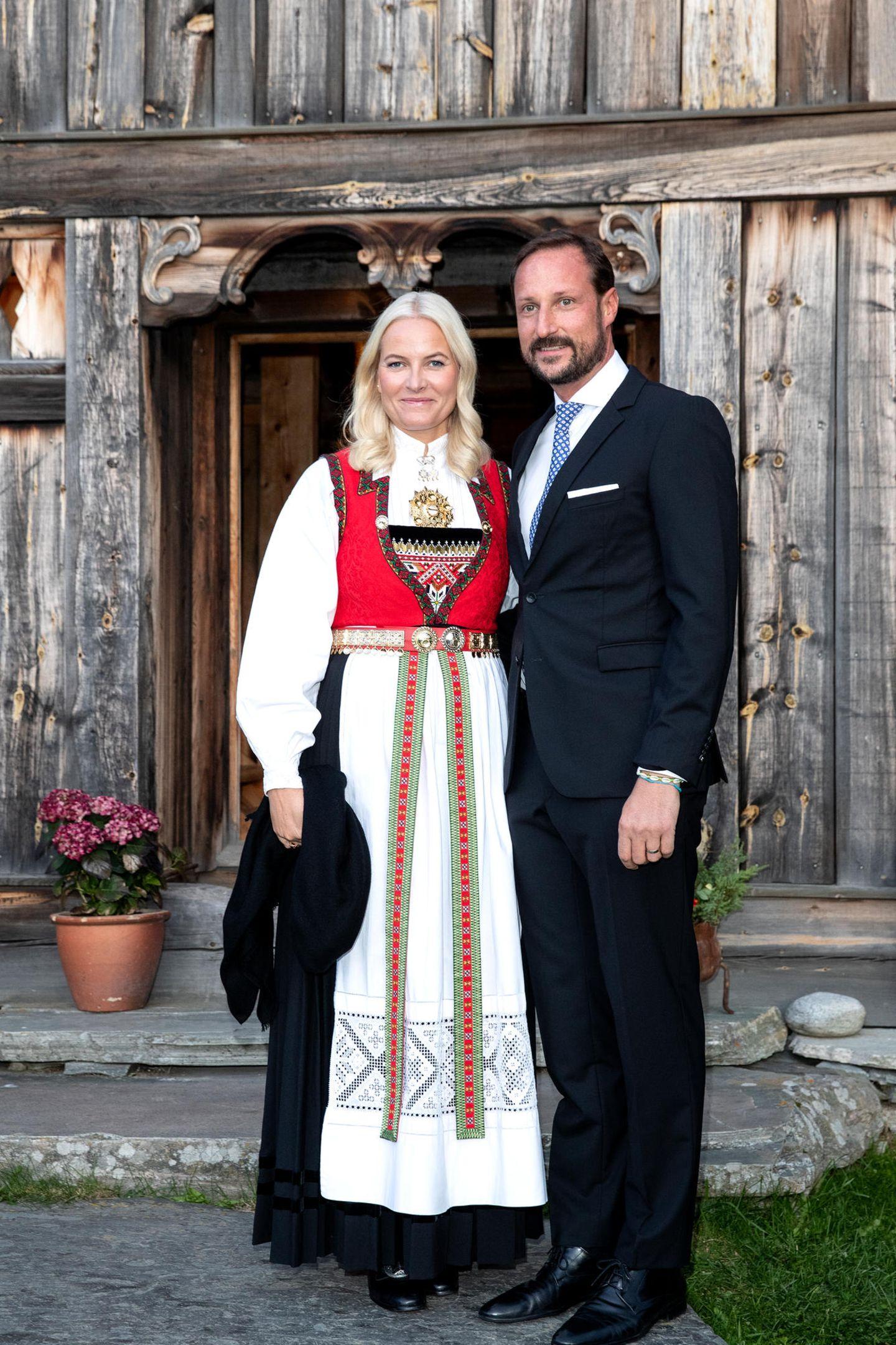 18. September 2019  Für ihren Besuch der KommuneVågå in der norwegischen Provinz Oppland hat sich Prinzessin Mette-Marit die traditionelle Tracht angelegt.