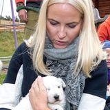 19. September 2019  Und auch das Knuddeln von kleinen weißen Kuschelwelpen gefällt der Prinzessin offensichtlich gut.