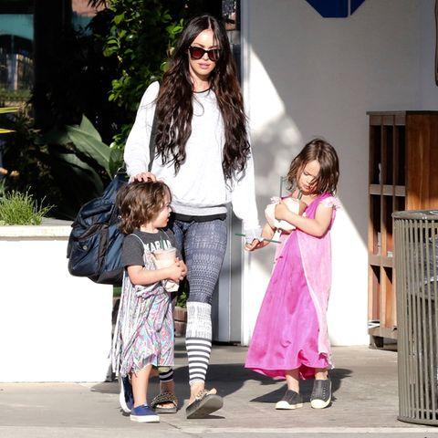 Megan Fox mit ihren Söhnen Bodhi (links) und Noah (rechts) 2017 in Malibu.