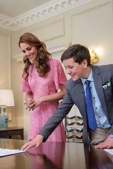 Im Juni launchte Herzogin Catherine ein ganz besonderes Projekt: Zusammen mit der RHS (Royal Horticultural Society) hat sie einen Garten für Kinder designt. Mehrfach besuchte die Dreifach-Mama diesen in floralen Looks. Auch bei der Auslosung eines Gartenwettbewerbs zeigt sie sich in einem geblümten Kleid von L.K. Bennett, das schon seit 2015 in ihrem Besitz ist. Mit dem thematisch passenden Kleid beweist Kate wieder einmal, wie wichtig ihr dieses Projekt ist, und dass sie nicht nur mit ganzem Herzen, sondern auch modisch dahinter steht.
