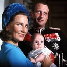20. September 1973  Kronprinz Haakon von Norwegen wurde vor 46 Jahre getauft.Er ist nach seiner Schwester Prinzessin Märtha Louise zwar Zweitgeborener, nach damiligem Recht aber dennoch der Thronfolger. Die zukünftigen Pflichten haben den kleinen Prinzen damals natürlich noch nicht interessiert. Und bis jetzt sind seine Eltern Harald undSonja ja auch noch das norwegische Königspaar.
