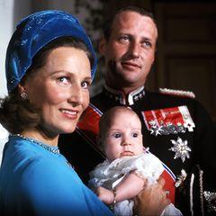 20. September 1973  Kronprinz Haakon von Norwegen wurde vor 47Jahren getauft.Er ist nach seiner Schwester Prinzessin Märtha Louise zwar Zweitgeborener, nach damiligem Recht aber dennoch der Thronfolger. Die zukünftigen Pflichten haben den kleinen Prinzen damals natürlich noch nicht interessiert. Und bis jetzt sind seine Eltern Harald undSonja ja auch noch das norwegische Königspaar.
