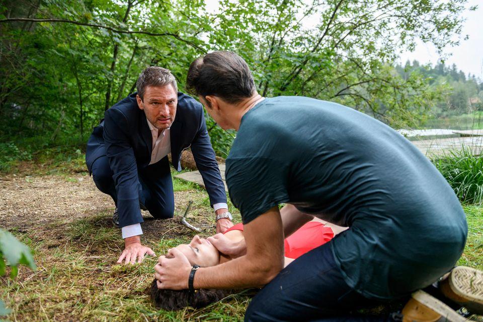 """""""Sturm der Liebe"""": Joshua (Julian Schneider, r.) und Christoph (Dieter Bach, l.) versuchen alles, um Denise (Helen Barke, M.) das Leben zu retten."""