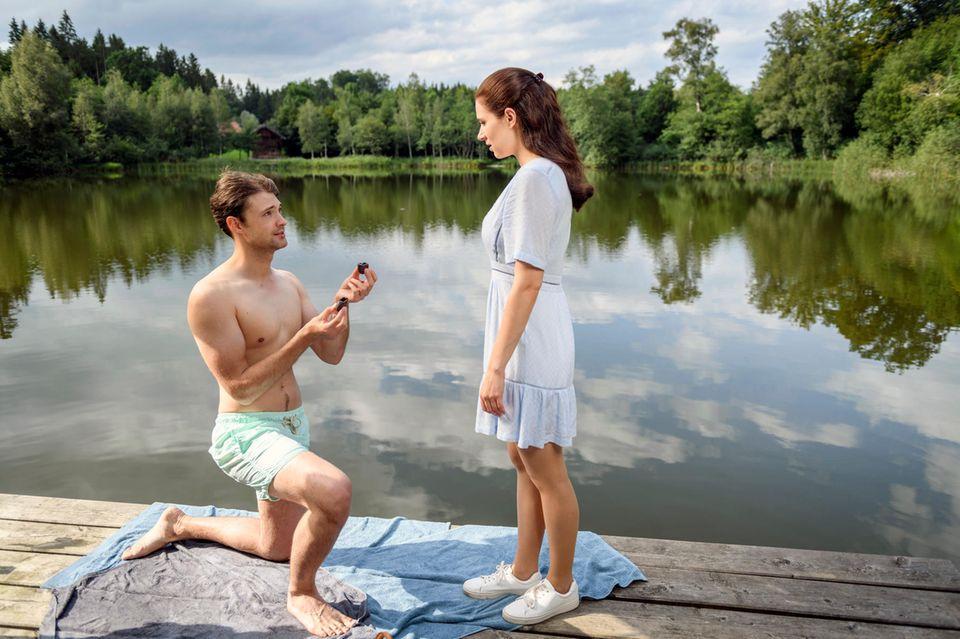 """""""Sturm der Liebe"""" am 23. Oktober 2019: Joshua (Julian Schneider, l.) macht Denise (Helen Barke, r.) einen romantischen Heiratsantrag am See."""