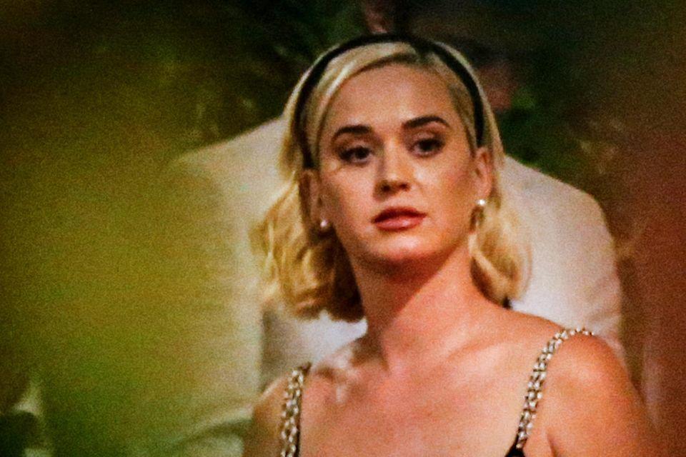 Katy Perry zeigt sich in einem Komplett-Look von Chanel. Der Jumpsuit stammt aus der aktuellen Frühjahr/Sommer-Kollektion.