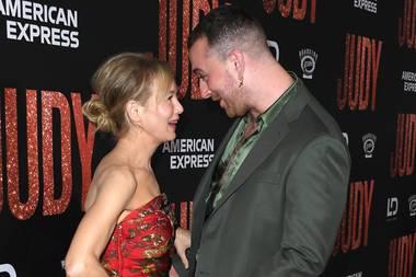 """19. September 2019  Bei der Premiere ihres neuen Films """"Judy"""" in Los Angeles ist Renée Zellweger mit Musiker Sam Smith zu Späßen aufgelegt."""