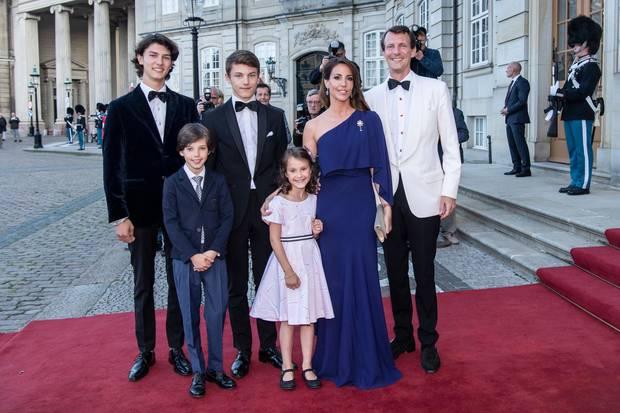 Prinz Joachim (.r.) und Prinzesin Marie (2.v.r.) mit ihren Kindern Prinzessin Athena und Prinz Henrik (vordere Reihe), Hinten stehen die beiden Söhne Joachims aus erster Ehe: Prinz Nikolai(l.) und Prinz Felix (r.)