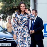 Königin Letizia bringt mit ihrem verspielten Herbst-Kleid von Sandro Paris gute Laune zum CREER Center in Burgos, eine Organisation, die sich fürMenschen mit seltenen Krankheiten und deren Angehörige einsetzt.