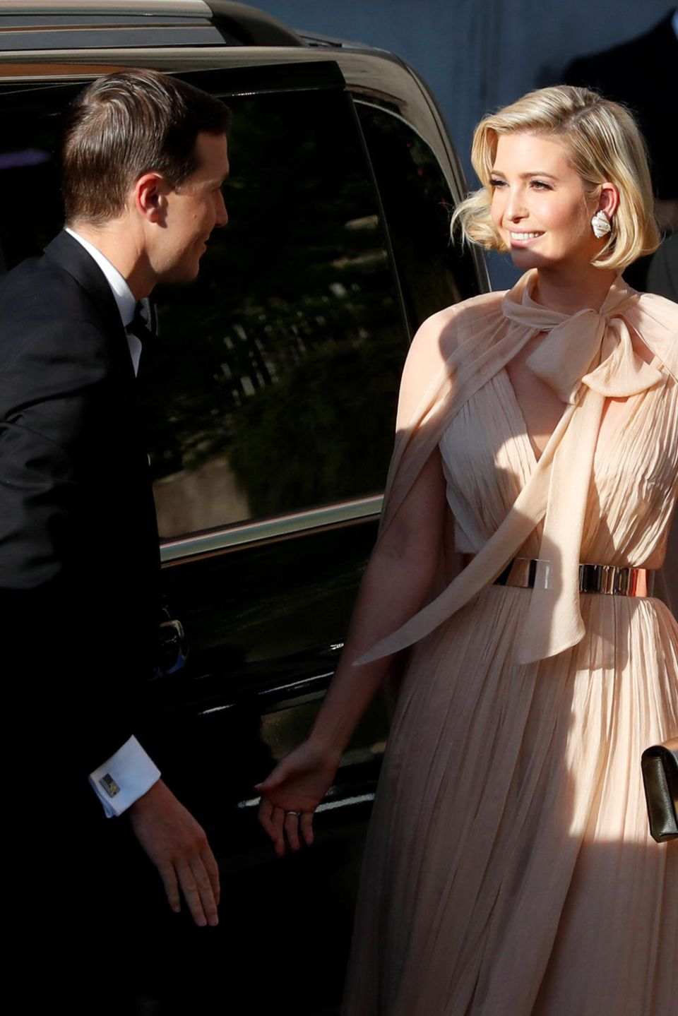 Jared Kushern mit Ehefrau und US-Präsidententochter Ivanka Trump kommen an der Villa Aurelia an. Trump trägt ein glamouröses Cape-Kleid in Nude mit elegantem Gold-Gürtel um die Taille.