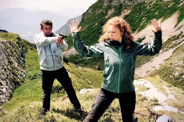 Rechtsanwalt Klaus Burg (Hans Sigl) muss sich erst Gewissheit verschaffen ob die Bergführerin Maja Wendt (Marleen Lohse) ihm bei seiner Flucht vor der Polizei hilft.