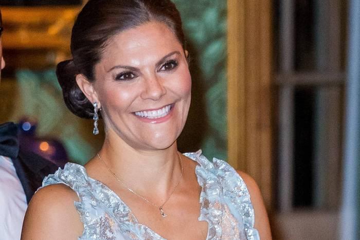 """Prinzessin Victoria trägt zum alljährlichen """"Sverigemiddag""""-Dinner im Stockholmer Schloss ein bodenlanges,pastellblaues Kleid mit Jacquard-Muster."""