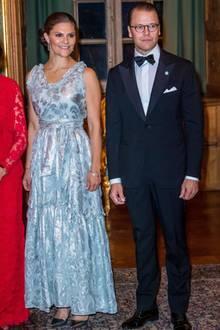 Das vermeintliche Kleid, das aus derH&M Conscious Collection stammt, ist gar kein Kleid, sondern ein Top mit einem Rock. Dank der raffinierten Schlaufe um die Taille fällt das aber gar nicht auf.