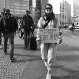 """""""Mutter Erde ist eine Ehrenfrau"""" steht auf dem Protest-Plakat von Schauspielerin Cristina do Rego."""