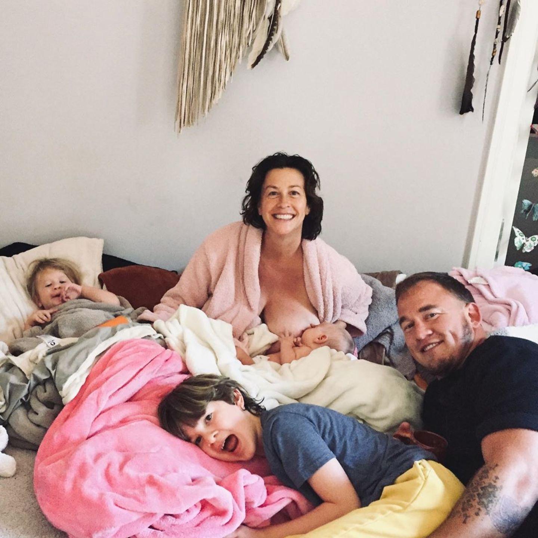 Auf Instagram gewährt uns Alanis Morissette einen privaten Einblick in ihr Familienleben. Den Morgen verbringt die Sängerin mit ihren drei Kindern und ihrem Mann Mario Treadway gemütlich im Bett. Ihr im August geborenerSohn Winter Mercy trinkt dabei selig an Mamas Brust.