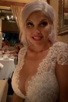 Beim Dinner am Abend zeigt eine Nahaufname des Kleides von vorne: Auf ihr Fashion-Markenzeichen, das XXL-Dekoletté, verzichtet Sophia Vegas natürlich auch bei ihrem Hochzeitskleid nicht.