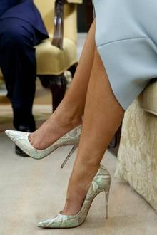 Ihr sonst eher züchtiges Outfit peppt die First Lady mit High-Heels in schimmernder Schlangenoptik von Manolo Blahnik auf.