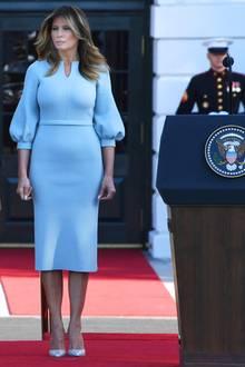 """Präsident Donald Trump und First Lady Melania Trump heißen den australischen Premierminister Scott Morrison und seine Frau Jenny Morrison im Weißen Haus mit einer feierlichen Zeremonie willkommen. Dabei trägt Melania ein babyblaues Kleid der Marke """"Scanlan Theodore"""" für etwa 720 Euro."""