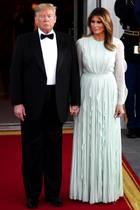 """Zum Staatsdinner mit dem australischen PremierministerScott Morrison erscheint Melania Trump in einer blass türkisfarbenen Robe vonJ. Mendel mit transparenten Ärmeln und dezenten Rüschen. Das findet eine gar nicht toll:Vanessa Friedman, Mode-Redakteurin bei der renommierten Zeitung """"The New York Times"""". Das Kleid sei nicht nur ein Understatement gewesen, sondern eine ganze Abstinenz von Statement. Klartext: Das Kleid sei viel zu langweilig und unspektakulär."""