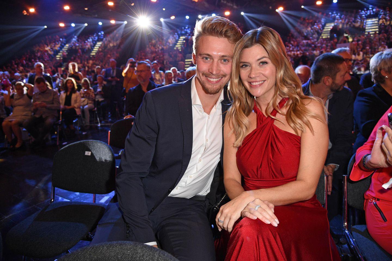 """Tim Nicolas und Ex-""""Bachelorette"""" Nadine Klein bei der Verleihung der Goldenen Henne 2019 in Leipzig."""