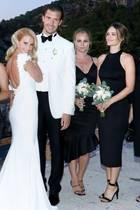 In einer romantischen Trauung geben sich Carolina Pihl und Gunnar Eliassen auf Capri das Jawort. Dabei verzaubert die Braut mit einem eng anliegenden Hochzeitskleid mit langer Schleppe. Doch wer genau hinsieht, erkennt, dass eine ganz andere Person der eigentliche Star des Fotos ist. Prinzessin Sofia (2. v. r.) gehört als gute Freundin der Braut zu den Brautjungfern und trägt ein schulterfreies schwarzes Kleid kombiniert mit hohen Sandalen.