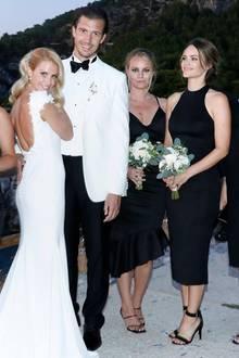 In einer romantischen Trauung geben sich Carolina Pihl und Gunnar Eliassen auf Capri das Jawort. Dabei verzaubert die Braut mit einem eng anliegenden Hochzeitskleid mit langer Schleppe. Doch wer genau hinsieht, erkennt, dass eine ganz andere Person der eigentliche Star des Fotos ist. Prinzessin Sofia (2. v. r.) gehört als gute Freundin der Braut zu den Brautjungfern und trägt ein schulterfreies Schnäppchen-Kleid zur Feier ...