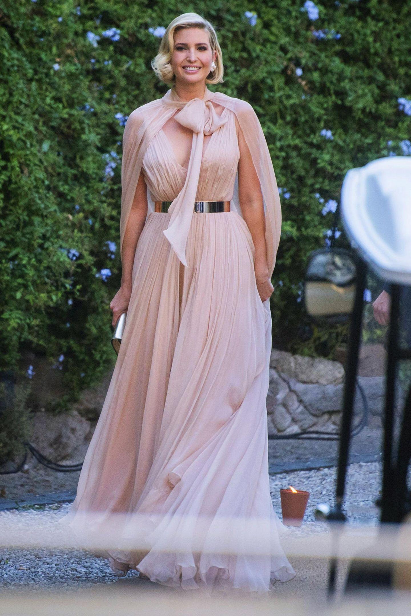 Bei der Hochzeit von Modedesignerin Misha Nonoo zählen nicht nur Prinz Harry und Herzogin Meghan zu den Gästen, auch Präsidententochter Ivanka Trump ist nach Rom gereist. Ivanka trägt ein nudefarbenes Kleid vonGalia Lahav für etwa 2.260 Euro.