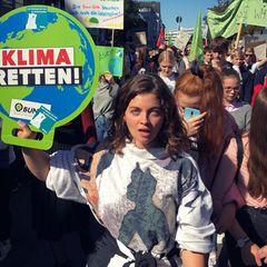"""""""KLIMA RETTEN"""" - Diese Botschaft teilt auch Ronja Forcher und macht sich bei der Klimademo für ein Umdenken und Veränderung stark."""