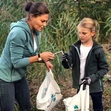 """Prinzessin Victoria und Prinzessin Estelle beteiligen sich am """"World Cleanup Day"""" und sammeln auf der Insel Djurgården und im Hagapark fleißig Müll."""