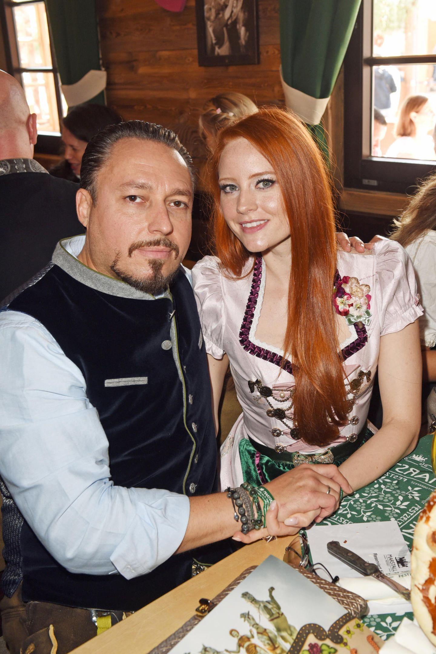 Das Model Barbara Meier und ihr Mann Klemens Hallmann feiern im Marstall Festzelt.