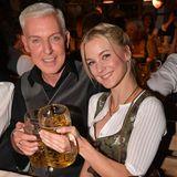 Hoch die Bierkrüge! H.P. Baxxter und Freundin Lysann Gellner stoßen auf einen schönen Abend an.