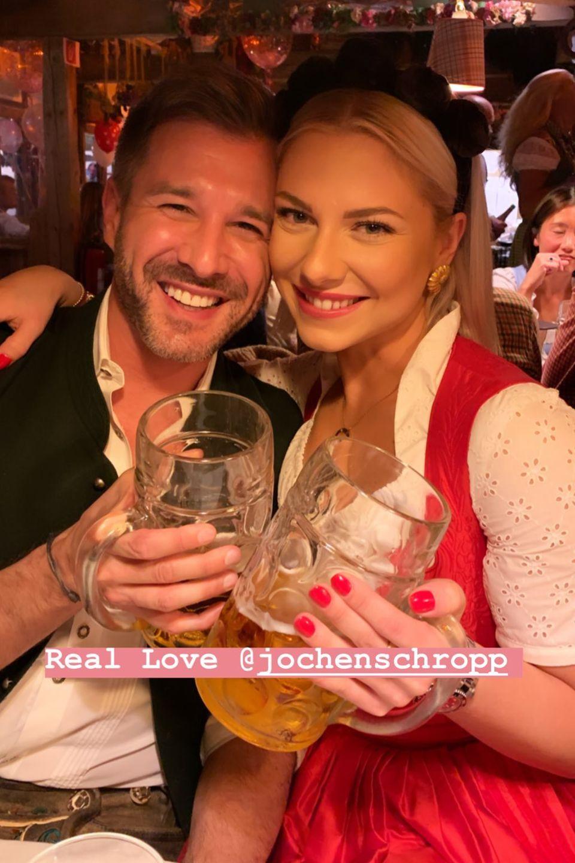 Jochen Schropp und Valentina Pahde sind im Bierzelt bester Laune.