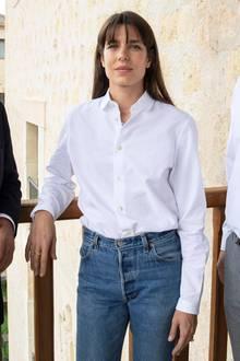 Charlotte Casiraghi zeigt sich beimHay Festival für Film und Audioin Segovia, Spanien, ungewohnt leger in weißer Hemdbluse und Blue Jeans. Doch der eigentlich Hingucker befindet sich am Kopf der Monegassin: Charlotte trägt jetzt einen Pony.