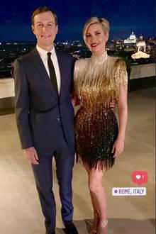 Ivanka Trump und Ehemann Jared Kushner sind nach Rom gereist, um die Hochzeit ihrer Freundin Misha Nonoo mit Unternehmer Michael Hess zu feiern. Für einen Party-Abend über den Dächern Roms hat sich Ivanka miteinemGlitzer-Mini-Kleid ausPerlen und Fransen in Gold, Nude und Schwarz mächtig in Schale geworfen. Eine erstaunliche Kleiderwahl, denn ...