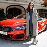 Excellence Club 2019: Schauspielerin und Insatagram-Star Nilam Farooq und der BMW-VIP-Shuttle sehen zusammen hervorragend aus.