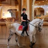 Excellence Club 2019: Ein besonderes Highlight im Bio- und Wellnessresort Stanglwirt ist das Lippizaner-Gestüt. Gut gelaunt trabt Catharina Christe eine Runde auf dem stolzen Pferd.
