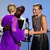 """Küsschen für die Gewinnerin: Don Cheadle und Kristen Bell freuen sich sichtlich, Julia Garner den Emmy als Beste Nebendarstellerin in der Drama-Serie """"Ozark"""" überreichen zu können."""