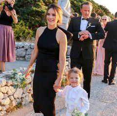 Das schwarze Midi-Dress mit einem tiefen Rückenausschnitt und einem XL-Volant wird über den Online-Versandhandel ASOS vertrieben undist für rund 60 Euro zu haben. Ein toller Look, der die schöneSilhouette der Prinzessin gekonnt in Szene setzt. Begleitet wird Sofia unter anderem von ihrem ältesten Sohn, Prinz Alexander von Schweden, der stolz neben seiner schönen Mama hergeht.