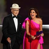 Autorenlegende Norman Lear bringt auch mit seinen 97 Jahren die Menschen noch zum Lachen, hier Marisa Tomei, mit der er den Emmy für die Beste Comedy-Serie präsentiert.