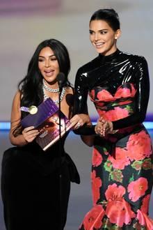 """Schwestern-Power auf der Bühne: Kim Kardashian West und Kendall Jenner stellen denGewinner in der Kategorie """"Beste Reality-TV-Wettbewerbssendung"""" vor. Passt ja!"""