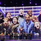 "Die große Comedy-Crew von ""Saturday Night Live"" bekommt den ""Outstanding Variety Sketch Series""-Award verliehen."