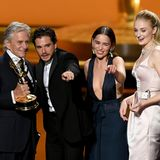 """Alle auf die Bühne!Die """"GoT""""-Crew, hierKit Harington, Emilia Clarke und Sophie Turner, bekommt ihren Emmy von ihrem LaudatorMichael Douglas überreicht."""