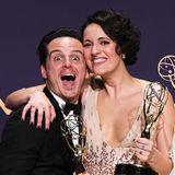 """Große Freude auch bei Andrew Scott, der seiner """"Fleabag""""-Kollegin Phoebe Waller-Bridge nicht nur zum Emmy als Beste Hauptdarstellerin in einer Comedyserie gratulieren kann, sondern sich selbst auch, schließlich wurde die britische Serie zur Besten Comedyserie des Jahres gekürt."""