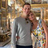 In einem schönen Sommerdress von Dolce & Gabbana schmiegt sich Ivanka Trump an ihren Jared. Goldene Creolen runden den farbenfrohen Look der Blondine ab.