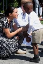 Herzogin Meghan und Prinz Harry werden in der Township begrüßt.